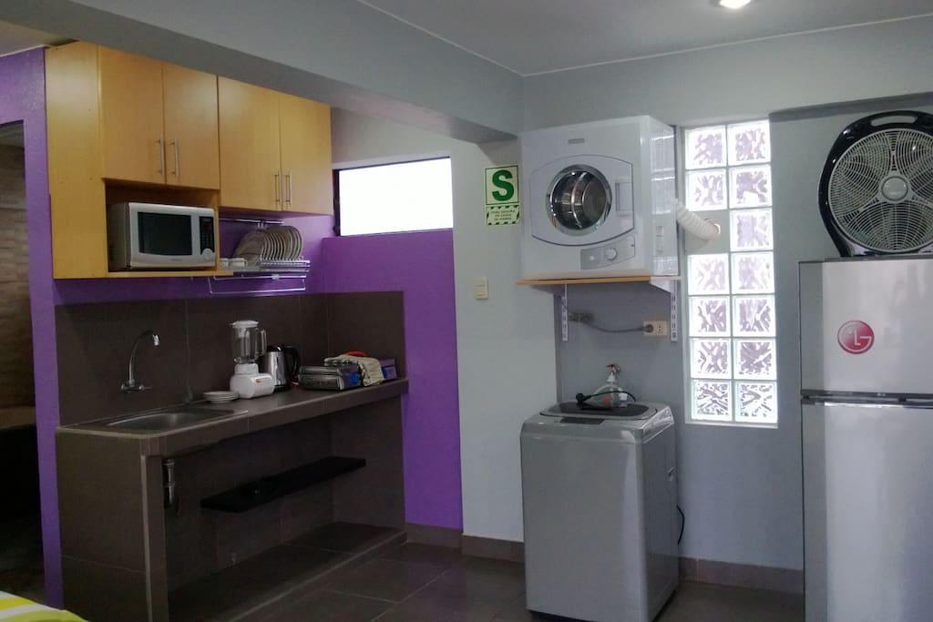 Kichenette, Lavadora, Secadora, Refrigeradora, Microhondas, Cocina, Cafetera, Waflera, Licuadora.