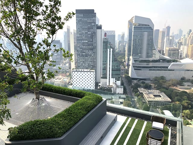 Central Embassy/BTS/Sky Pool/Airport Transfer