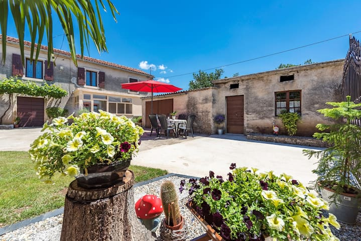 Holiday House Matesini with Garden