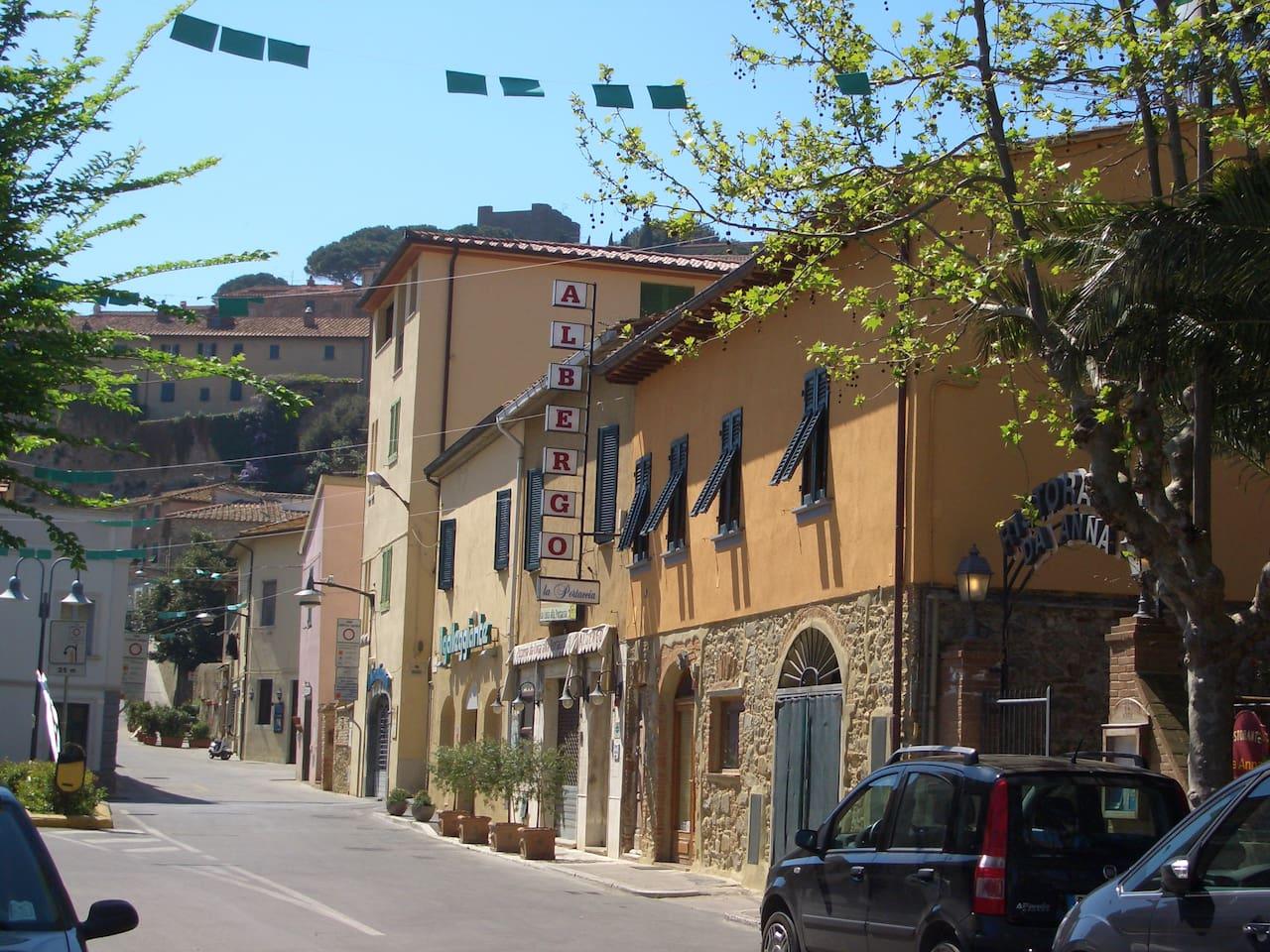 Veduta esterna con vista dell'antico borgo