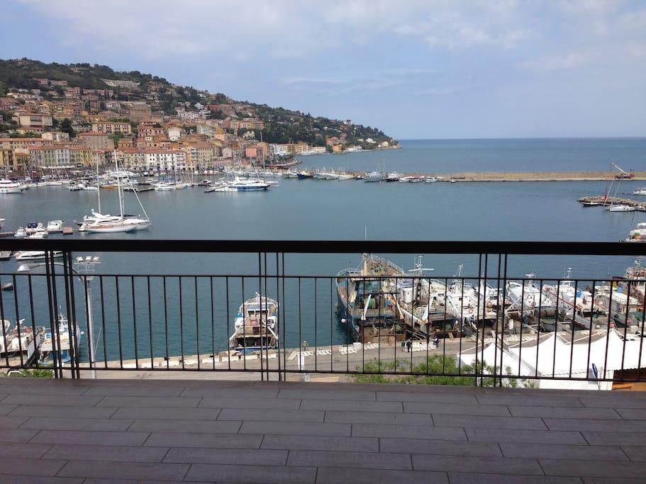 una balconata sul porto