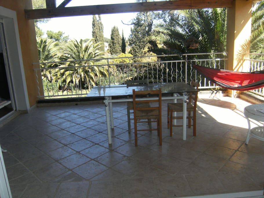 terrasse côté jardin, ombragée et fraîche