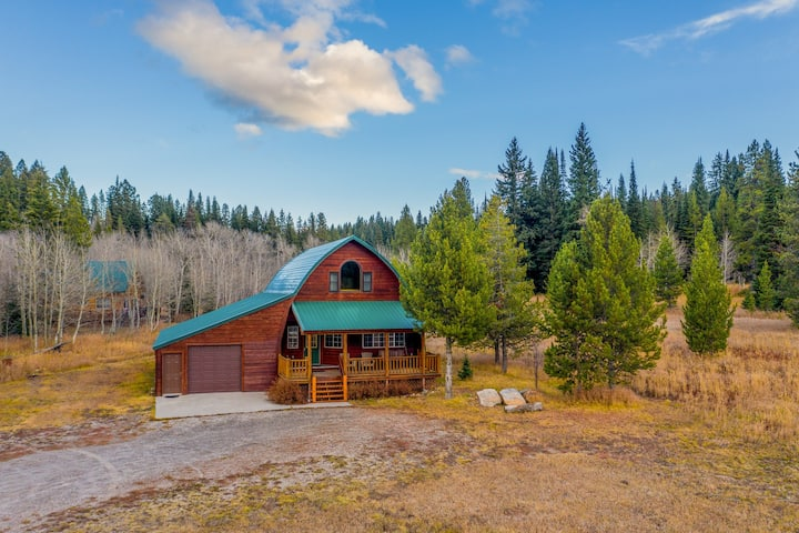 Spacious cabin w/ fireplace - less than eight miles to Yellowstone