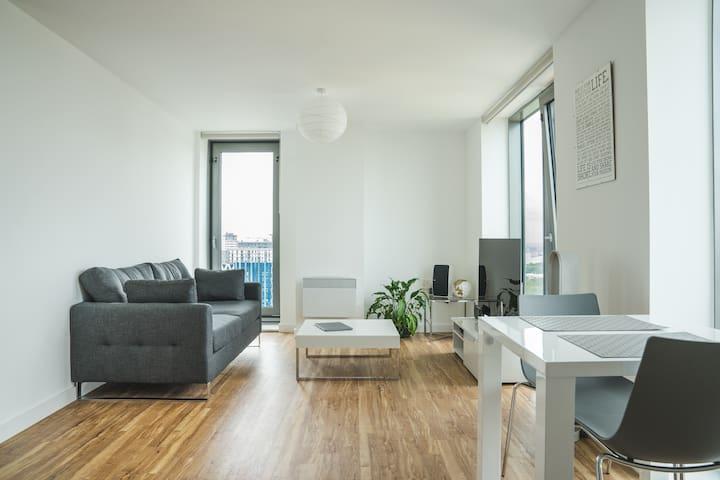 Modern Private Room in MediaCity+private bathroom