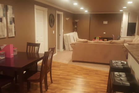 Quiet home with fully furnished basement - De Pere - Casa