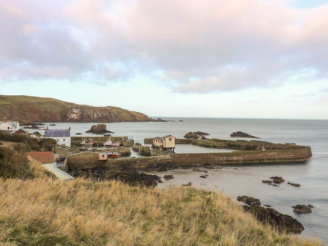 THE REST, pet friendly, with a garden in St Abbs, Ref 993167