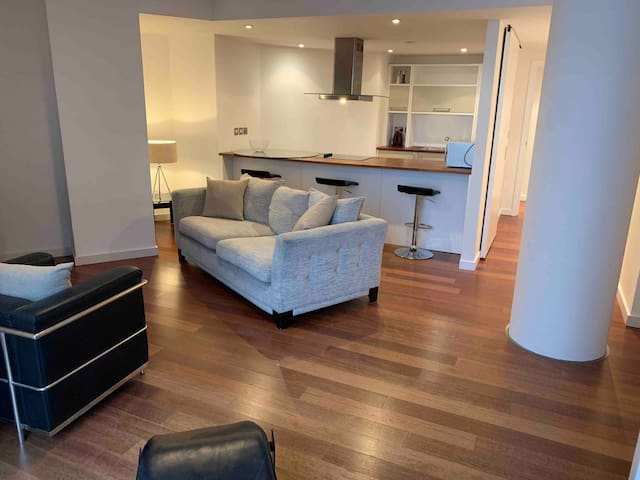 Large2 Bed Beautiful City Centre Apartment sleep 4