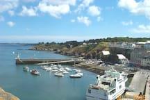 ... le port de Le Palais vu de la Citadelle.