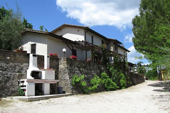 Casa de campo con piscina y jardín con plantas mediterráneas, restaurante