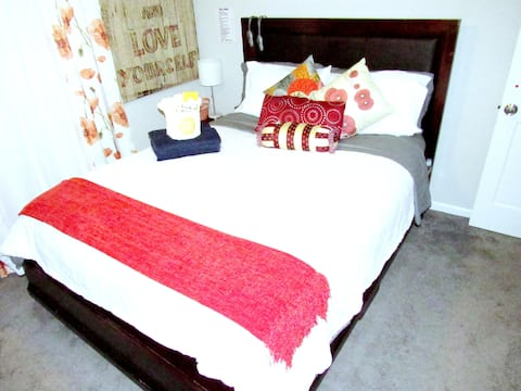 Romantic Room!  Washer, Dryer, Fast WiFi, Parking