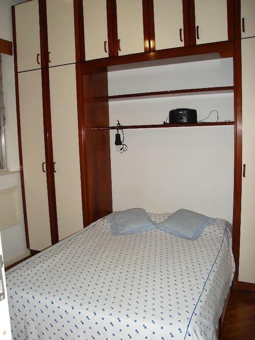 Quarto de casal com armários com gavetas, cabideiro, ventilador de teto e ar condicionado (não está na foto).
