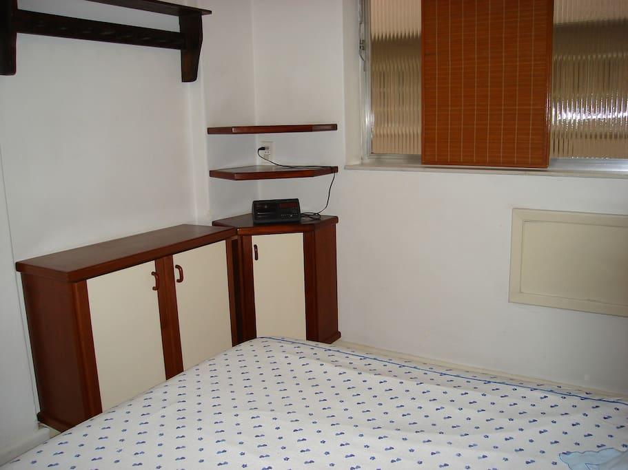 Quarto de casal com armário com gavetas, cabideiro, ventilador de teto e ar condicionado (não está na foto).