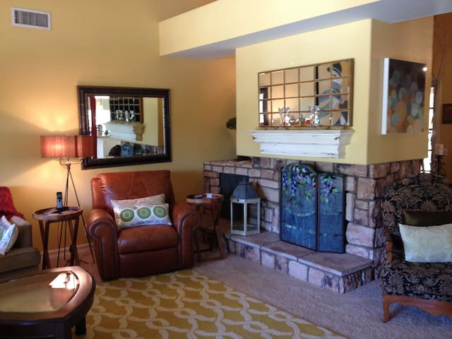 """"""" The Oasis"""" Private room in beautiful home! - Yorba Linda"""