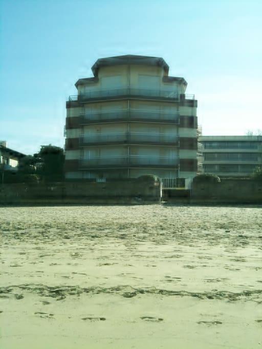 Notre immeuble vu de la plage (escalier privé)