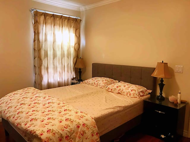 Single house bedroom with private bath in Alhambra
