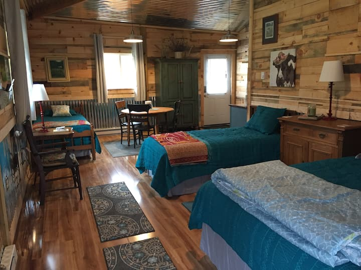 Loafer's Glory Barn Cabin-unique stay on 190 acres