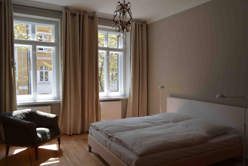 Schlafzimmer mit Blick auf die Ludwigstraße