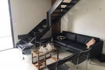 Sala de estar onde se localiza o sofá