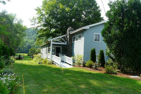 1 BDRM RIVERFRONT VINEYARD COTTAGE - Springfield - Talo