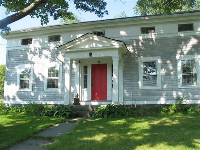 Catskills 1820s Greek Rev Farmhouse - 펀데일(Ferndale)