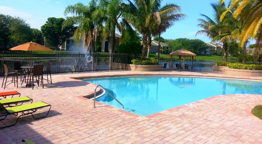 Peaceful home away from home near nightlife - Lake Worth - Lägenhet