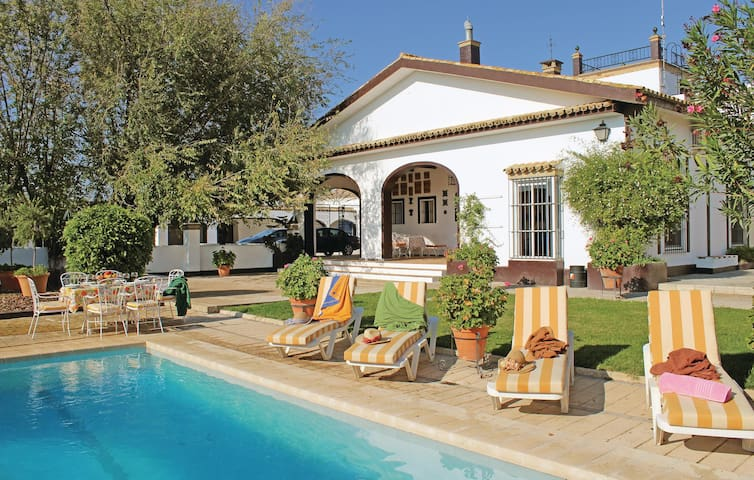 Holiday cottage with 6 bedrooms on 410 m²