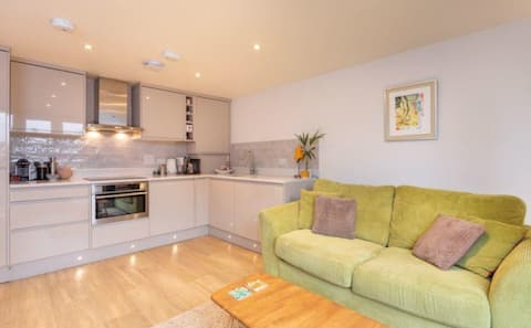 Central Marlow modern apartment close to High St.