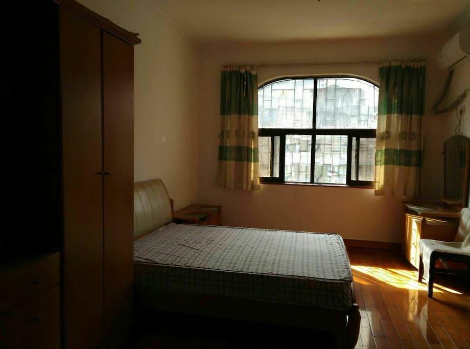 房间干净,房间南向,阳光充足,空气流通。