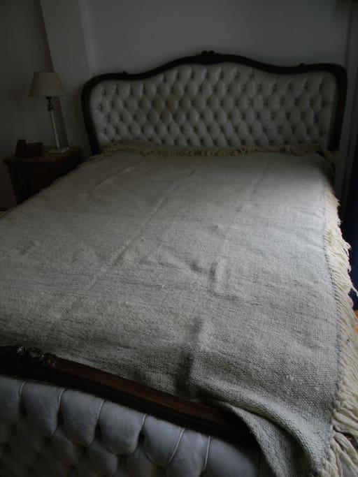 Cama antigua con colchón nuevo.