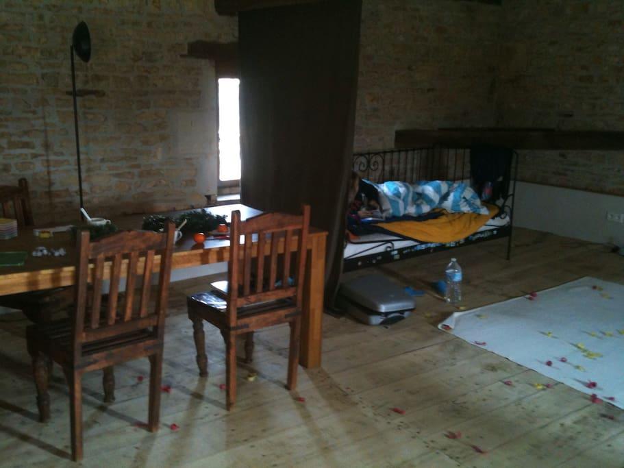 Boven grote ruimte met 2 bedden en een lounge hoek