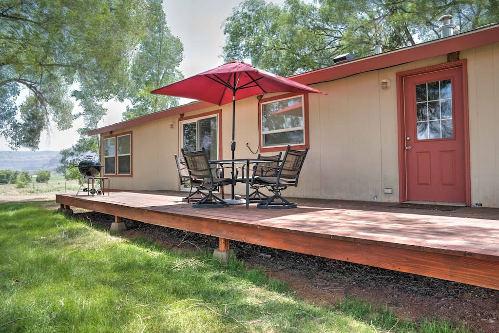 For 360 mountain views, stroll to the back patio of this 3-bedroom, 2-bath home!