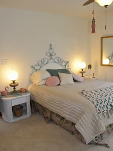 the SWAN  ~  a queen room at CML - Boone - Bed & Breakfast
