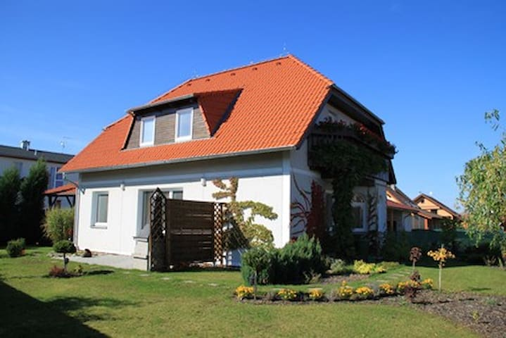 Nice family house in border Prague  - Vestec - Casa
