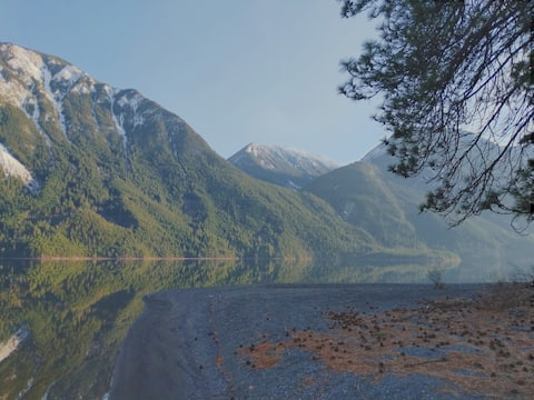 Stunning Anderson Lake Retreat