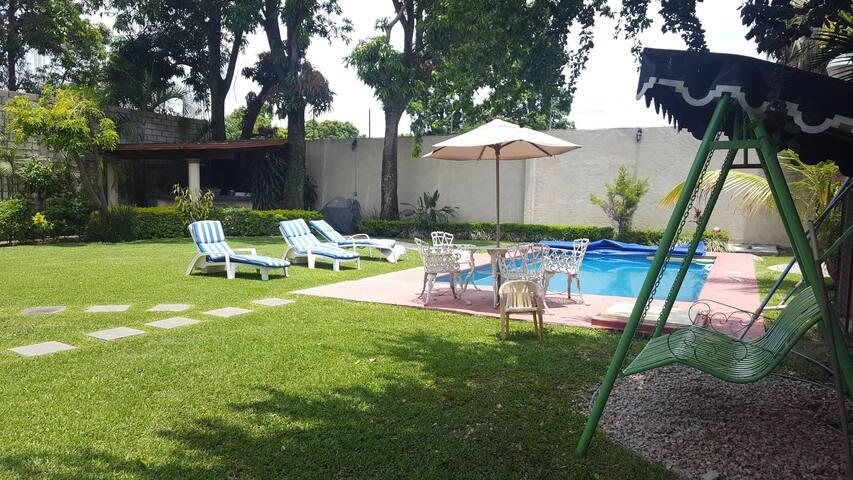 Casa con amplio jardín y alberca