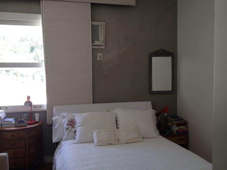 Quarto de casal com cama queen size, ar condicionado e closet