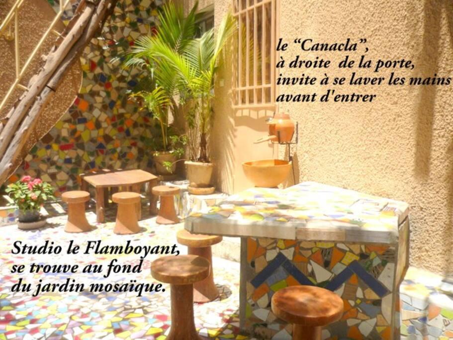 Studio Le Flamboyant se trouve au fond du jardin mosaïque