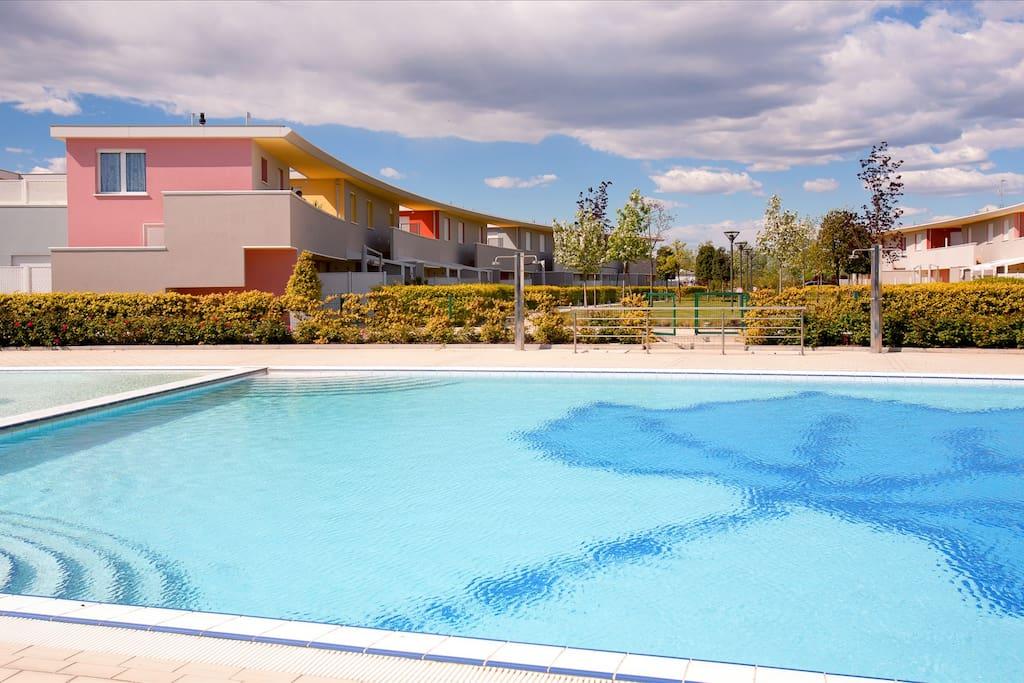 Vista esterna del residence con piscina