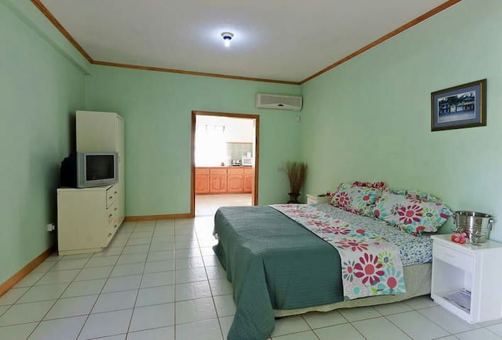 Cozy 1 Bedroom with Kitchen Incld - Beanfield