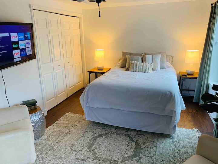 Cozy Cottage Near Downtown and Olympic Center!