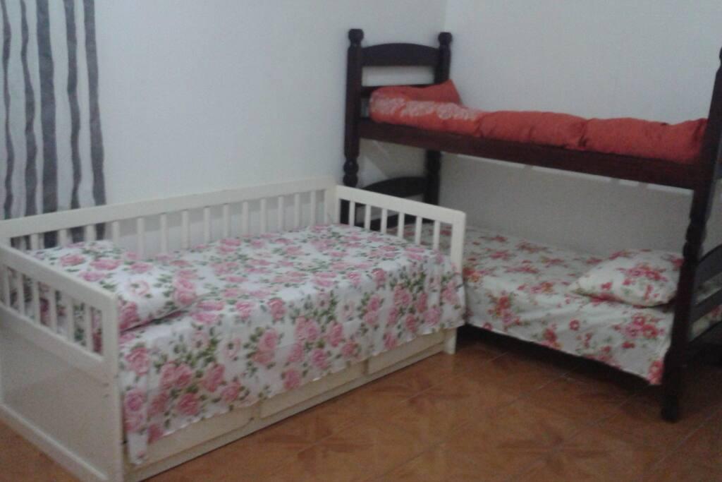 Acomodação em cama de madeira, simples e limpas.