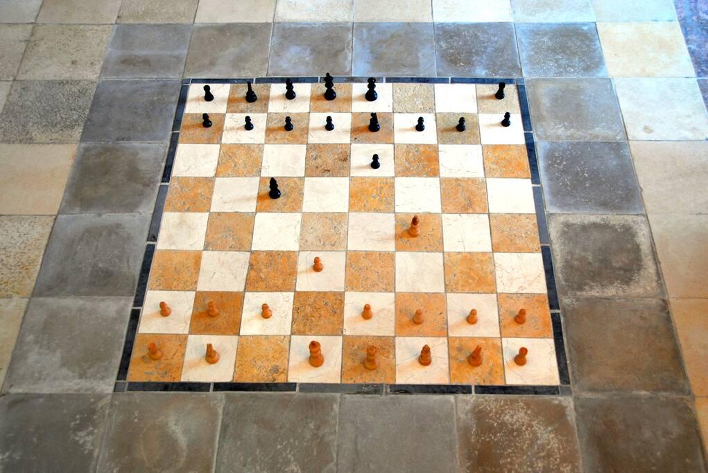 Chess game in the floor. Chess stones present. Schaakstenen aanwezig.