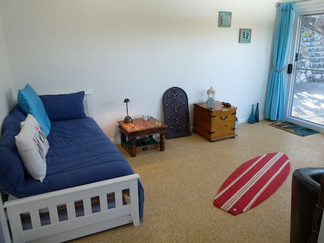 Beach Room. Communal Room with day bed
