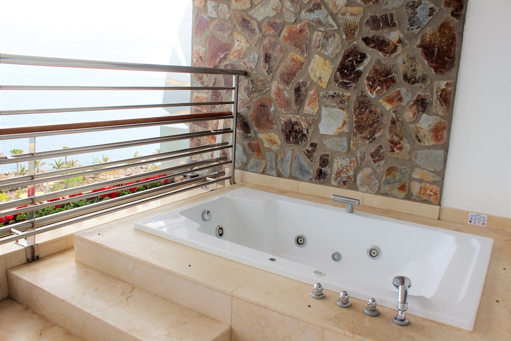 Jacuzzi with Ocean Views ★ Jacuzzi con vistas al mar