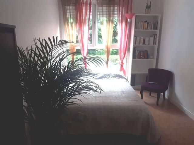 Jolie chambre privée avec jardin fleuri