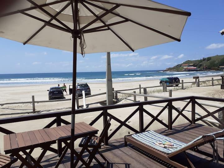 Aconchegante casa à beira praia da Galheta-Laguna