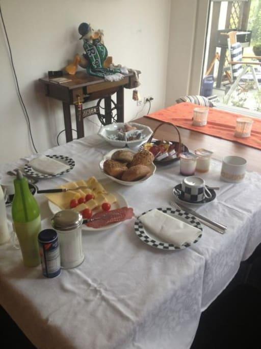 Frühstück im Wintergarten - Breakfast in the winter garden