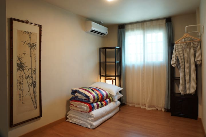 창성장9호 Korean style bedroom with balcony