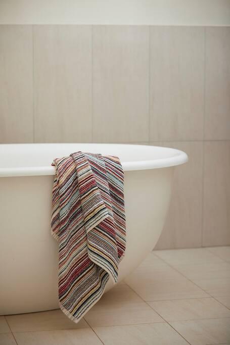 Deep soak bath tub
