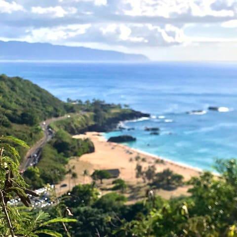 Casa fica a 1 milha do WAimea, a praia conhecida pelas ondas gigantes. Essa vista é de cima do morro mas a casa fica a nível do mar.